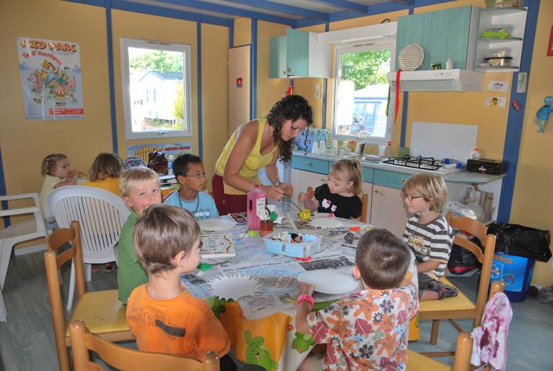 Activités manuelles au club enfants