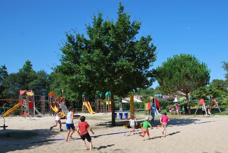 Une grande aire de jeux pour les enfants de tout âge