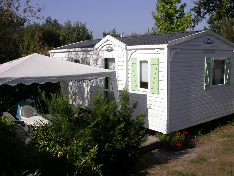 Terrasse avec salon de jardin et tonnelle